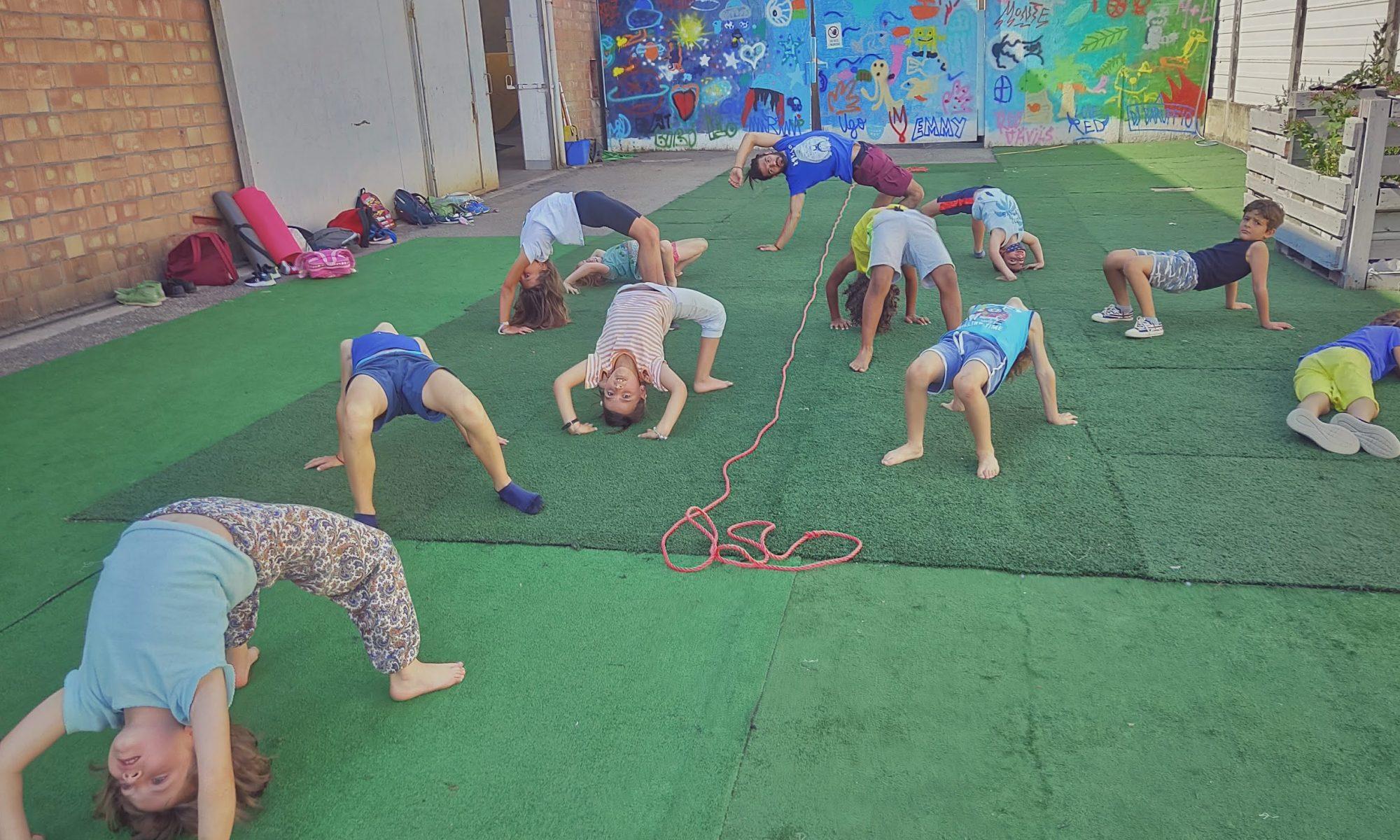 Bambini fanno il ponte durante il corso di capoeira